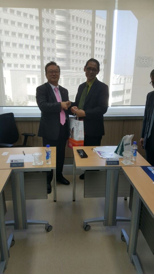 Exchanging gifts with the PTM delegates Indonesia 첨부파일  - 14591727_704773606339188_7850528793167805426_n.jpg